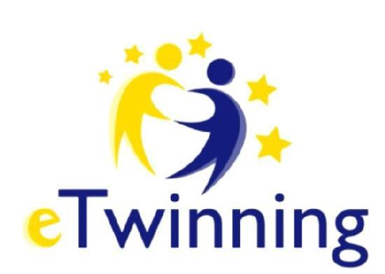 Logotipo eTwinning. Dos figuras humanas con las manos enlazadas. Figura de la izquierda en amarillo y la de la derecha en azul. Las figuras están rodeadas de estrellas amarillas.